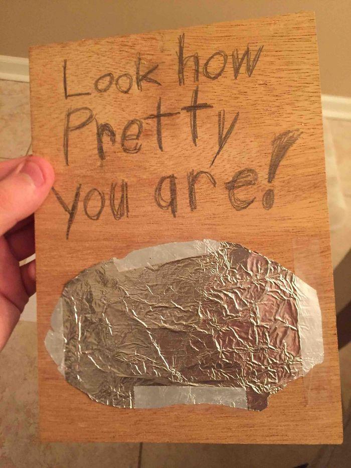 """Le di este regalo a mi madre cuando tenía 8 años: """"¡Mira qué guapa eres!"""""""