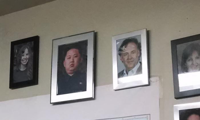 Hay una foto de Kim Jong Un en la pared con retratos del personal