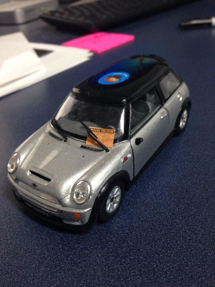 Dejé un coche de juguete como decoración para la sala de juntas. Le han puesto una multa