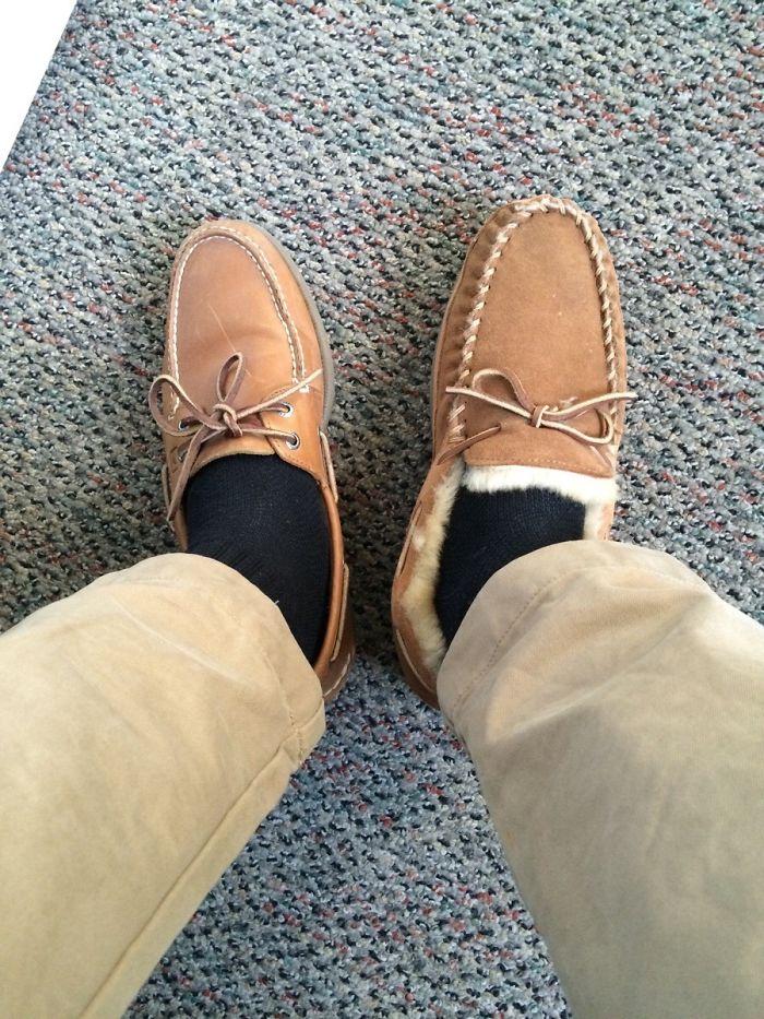 Comprobando el estricto código de vestir de mi oficina. Me pondré las 2 zapatillas cuando vea que no se dan cuenta