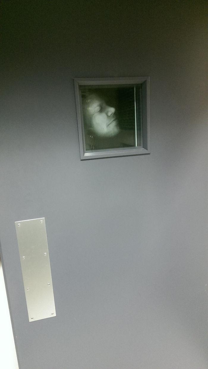 Me he fotocopiado la cara y la he puesto en la ventanilla de la puerta de mi oficina