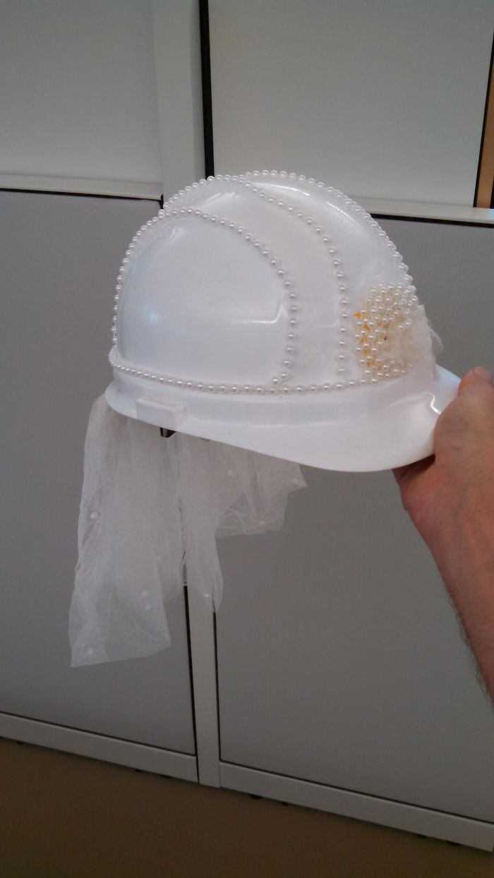 La jefa de proyecto se casa y le hemos decorado un casco