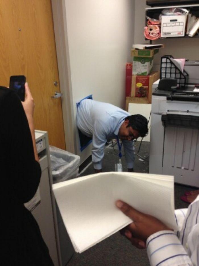 El jefe se quedó encerrado en su despacho y hubo que cortar parte de la pared