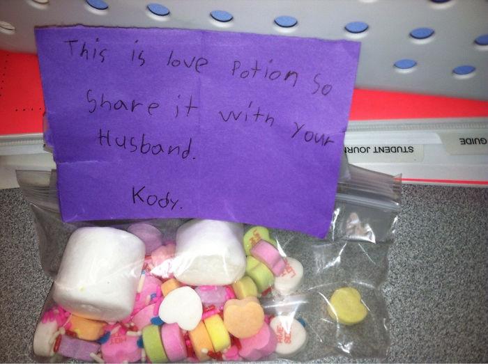 """Regalo de un alumno: """"Esto es una poción de amor, así que compártelo con tu marido"""""""