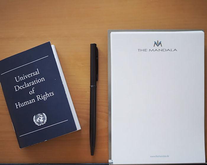 En este hotel alemán tienen una copia de la Declaración de Derechos humanos en vez de una Biblia