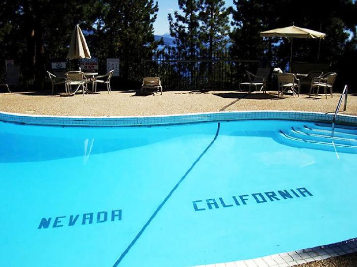 En la piscina de este hotel en Lago Tahoe puedes nadar de Nevada a California