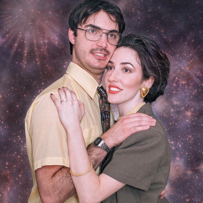 Nos hemos comprometido y nos hemos hecho fotos ochenteras