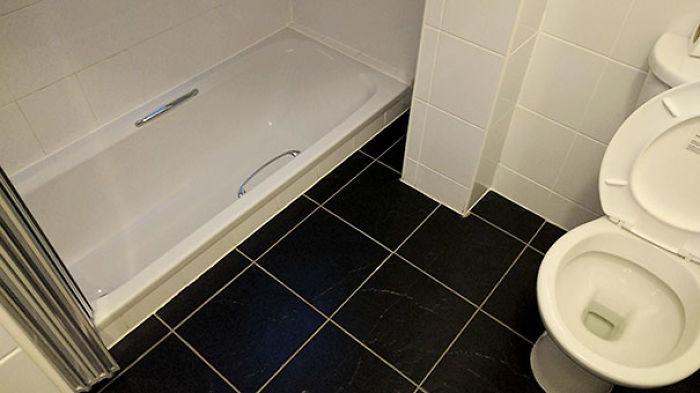 El baño está construido por debajo del nivel del suelo