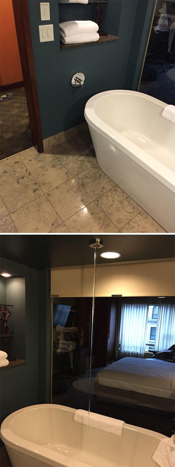 La bañera de la habitación se llena desde el techo