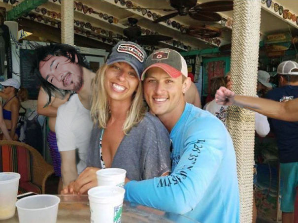 funny-engaged-couple-photobomb-photoshop-request-2-595a95ec57251.jpg