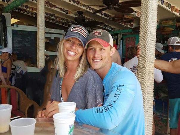 funny-engaged-couple-photobomb-photoshop-request-66-595966874303b.jpg