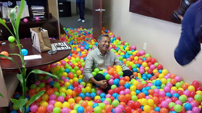 Para el cumpleaños del presidente le llenamos la oficina de pelotas