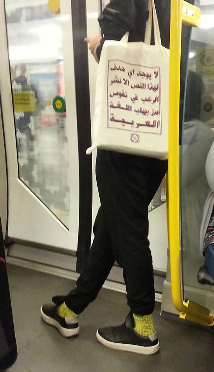 """En el metro de Berlín. El bolso dice: """"Este texto no tiene otra intención que aterrorizar a aquellos que tienen miedo de la lengua árabe"""""""