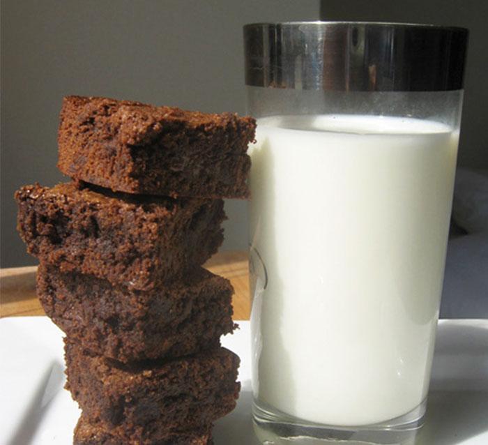 Esta madre usó leche materna para hacer brownies en la feria del colegio, no esperaba una reacción así