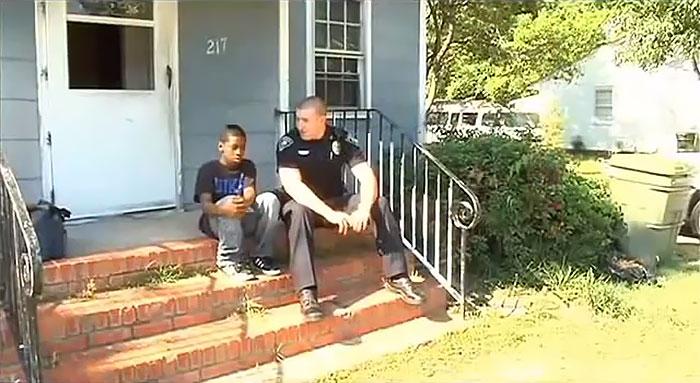 Este niño de 13 años llamó a la policía para decir que quería huír de su casa, el oficial decidió ver su habitación