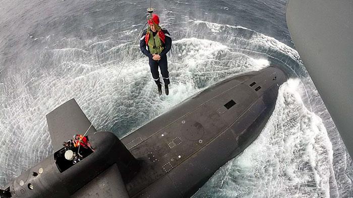 president-emmanuel-macron-submarine-landing-10