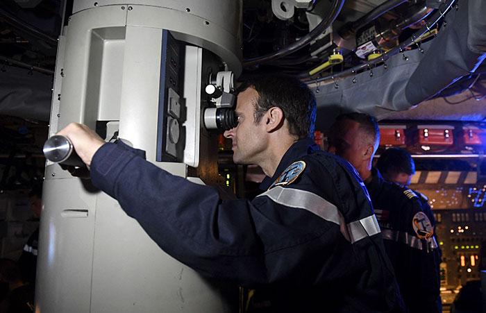 president-emmanuel-macron-submarine-landing-12