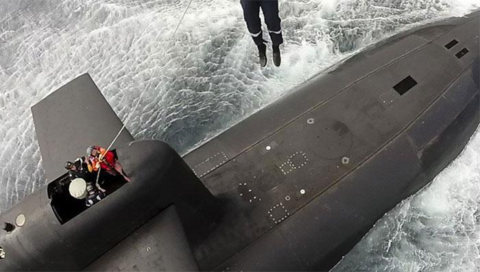 president-emmanuel-macron-submarine-landing-66