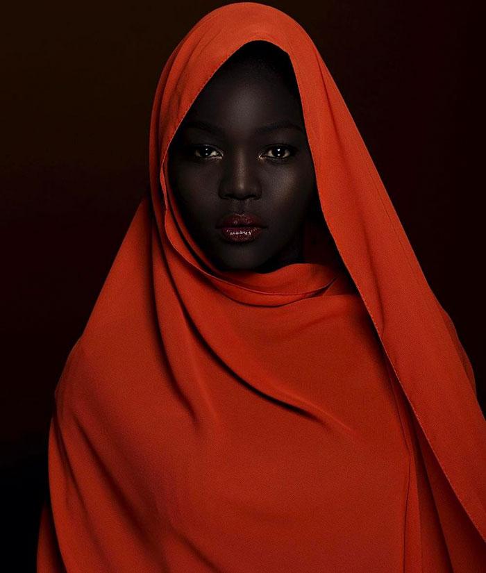 在2016年,Uber司機建議她漂白她的皮膚~24歲的Nyakim Gatwech在時尚界 湧現出  深厚的黑皮膚