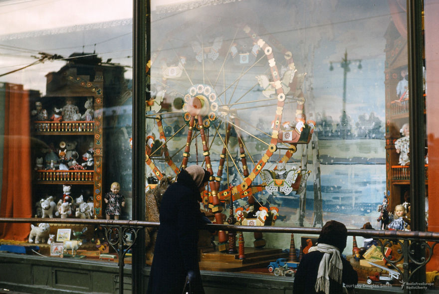 Window Shoppers In Moscow