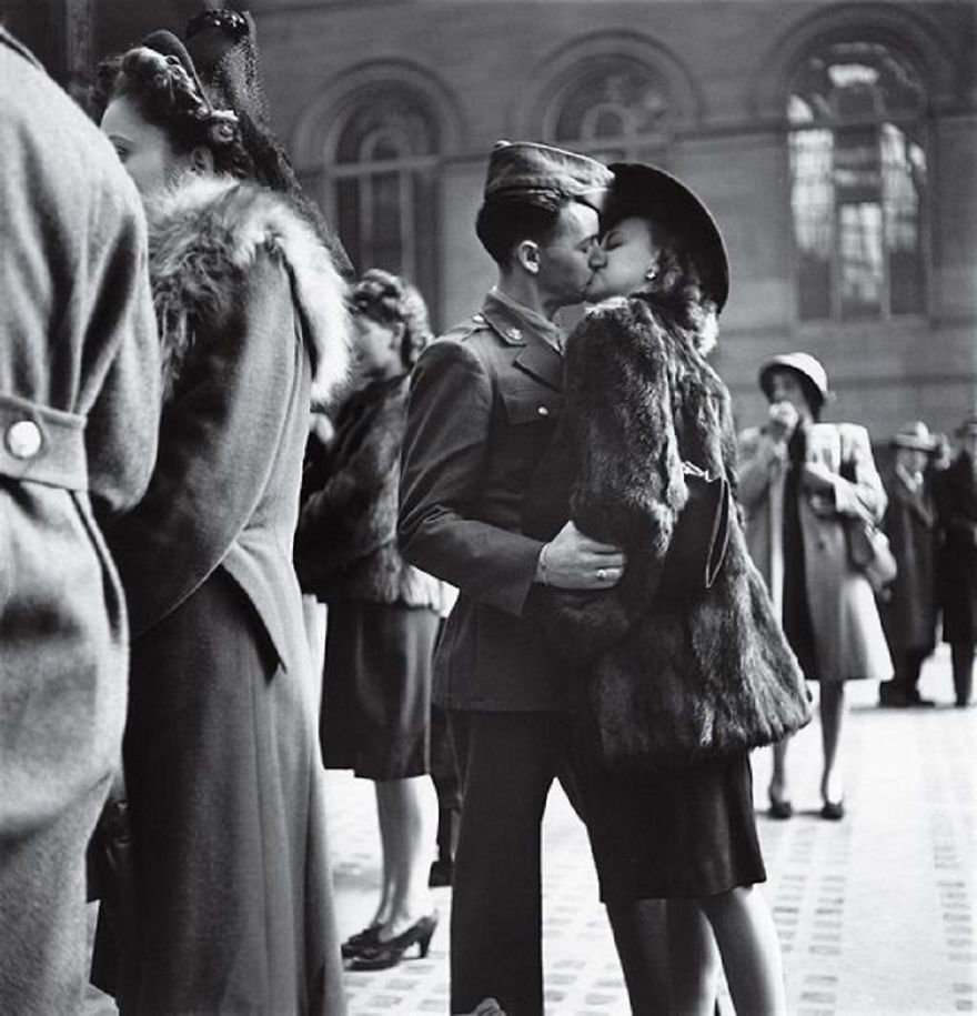 9 Couples Who Lost In Kissing And Forgot The World Around