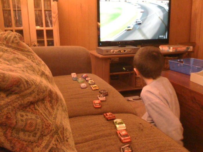 Así controla las posiciones mi hijo cuando ve las carreras de Nascar