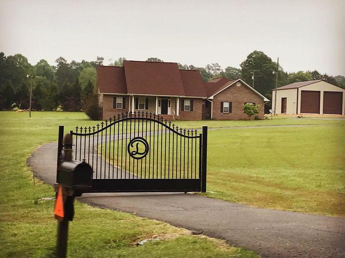 El vecino ha instalado esta puerta para que la gente educada no conduzca hasta su casa
