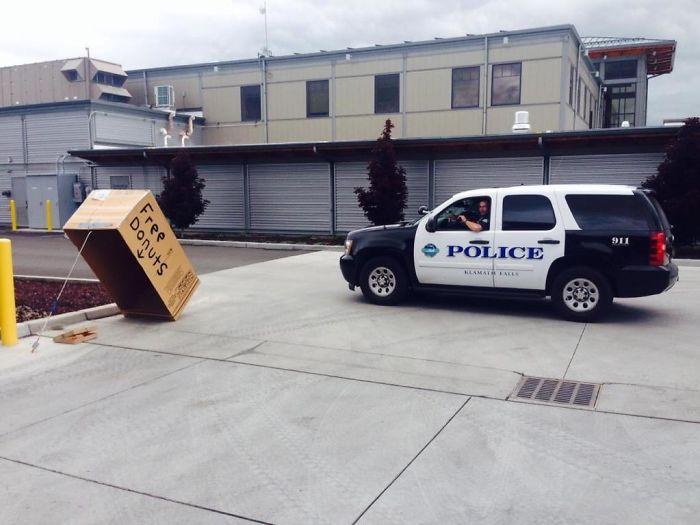 En mi barrio, el cuartel de bomberos está junto a la comisaría y se gastan bromas