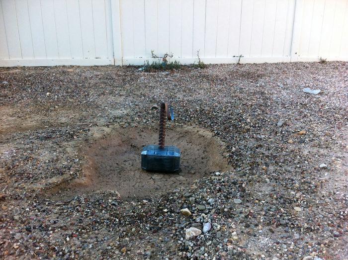 Siempre encuentro cosas que los hijos del vecino tiran a mi patio, pero esta mañana...