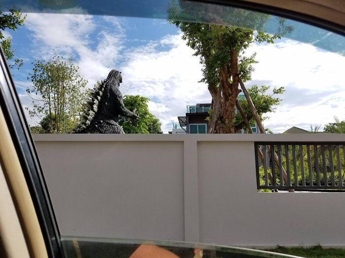 Mi vecino tiene un Godzilla en el jardín