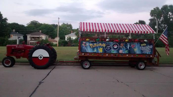 A mi vecino le encantan los tractores, lleva a los niños por la ciudad para cazar pokemons