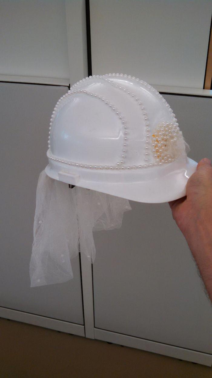 Una jefa de proyecto de la oficina se va a casar, así que le hemos decorado un casco