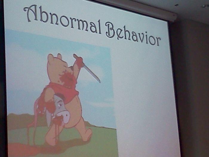 Profesor de psicología hablando sobre comportamiento anormal, usando esta imagen