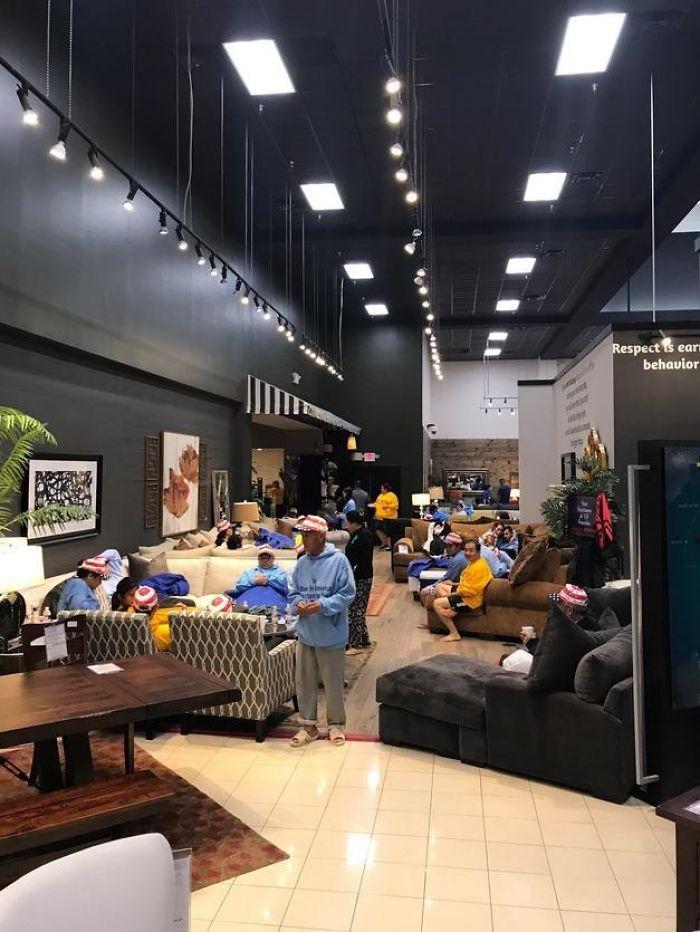 Una Tienda De Muebles En Texas Está Proporcionando Refugio Y Comida Para Víctimas Del Huracán