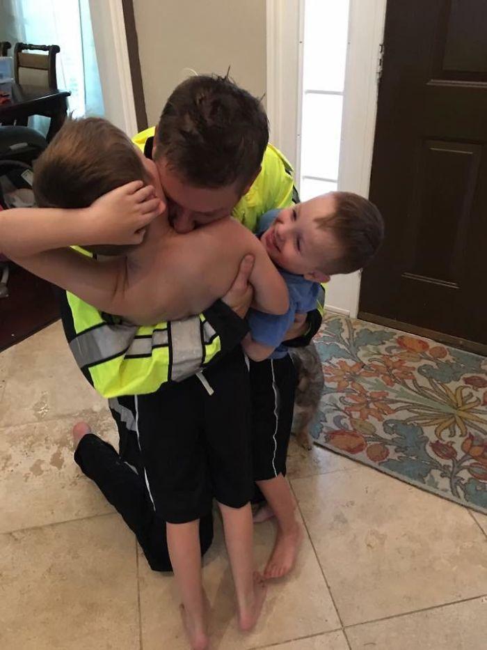 Volviendo A Casa Despues De Un Turno De 49,5 Horas Trabajando Por El Huracán Harvey