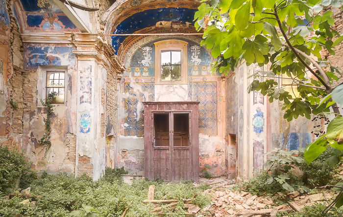 I Photographed Beautiful Abandoned Buildings In Italy