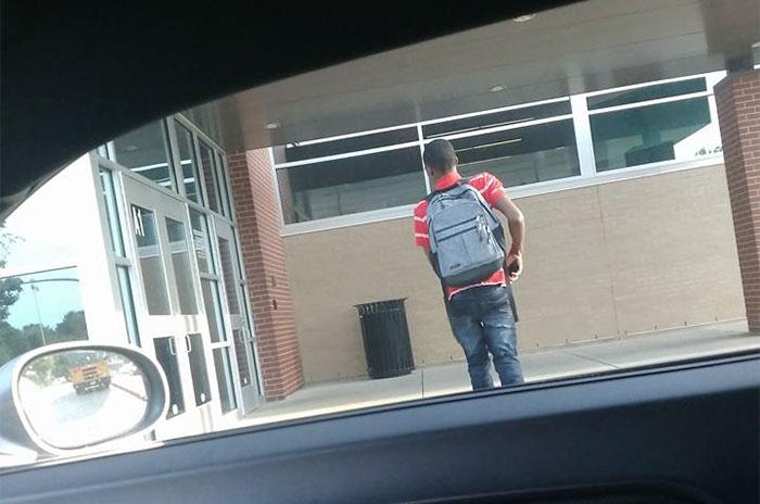 Todos ignoraron a este niño que llamaba a las puertas pidiendo ayuda, hasta que este hombre le abrió
