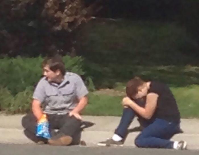 Mi vecino adolescente rompiendo con su novia mientras come chetos