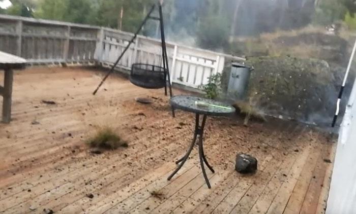 Este hombre intentó grabar una tormenta eléctrica en el exterior y vivió el momento más terrorífico de su vida