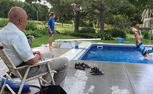 Este anciano de 94 años construyó una piscina en su patio para no sentirse solo tras fallecer su esposa