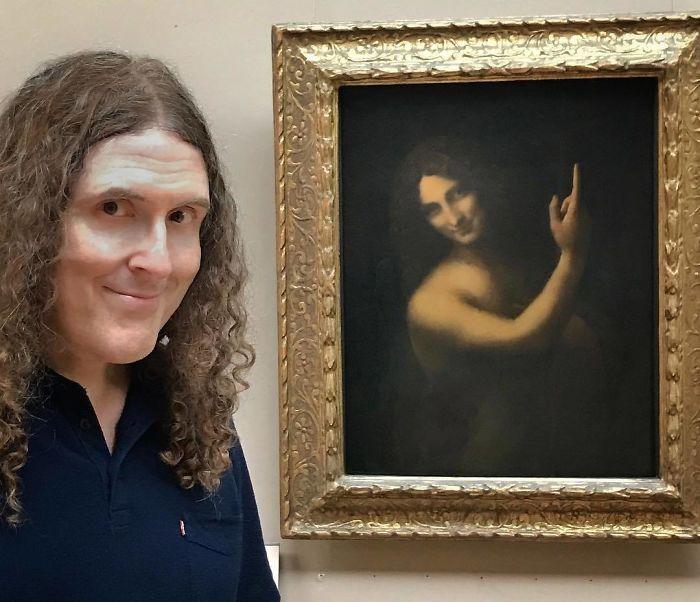 Weird Al Yankovic demostrando su inmortalidad en el Louvre