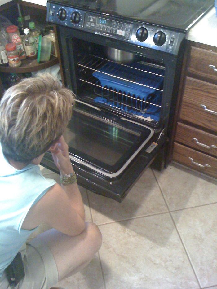 Mi suegra precalentando una tabla de cortar