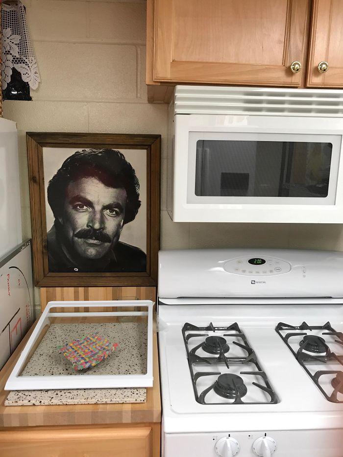 Mi suegra tiene una foto enmarcada de Tom Selleck en la cocina