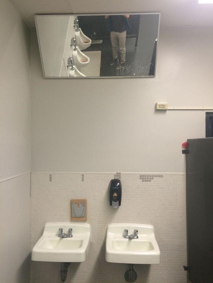 El espejo en el baño de la escuela