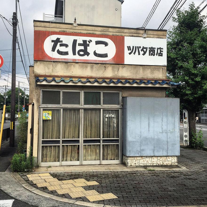 Closed Tobacco Stand