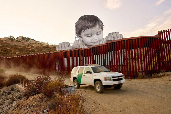Photograph Of A Giant Baby Appears On The Border Of Mexico And The Eua And Several People Were Impressed