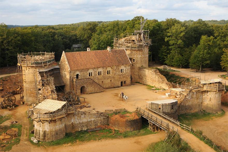 Construire un château médiéval Building-13th-century-guedelon-castle-france-1-59c9fe3b04b5b__880