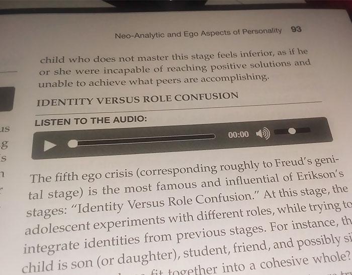 ¿Cómo oyes un audio en un libro de texto?