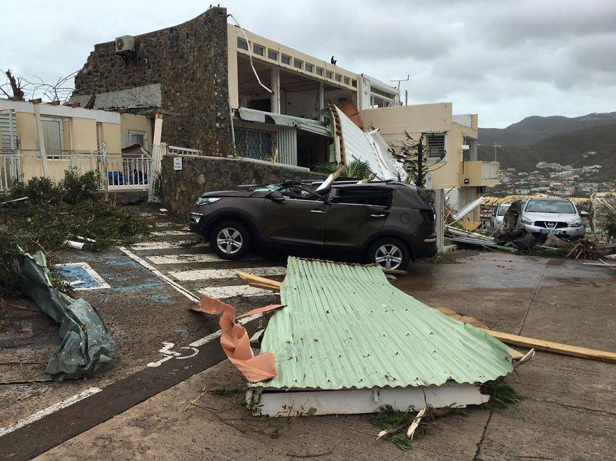 Машины были разбиты, когда летающие обломки и крыши были оторваны от домов на Сен-Мартен, когда шторм ударил