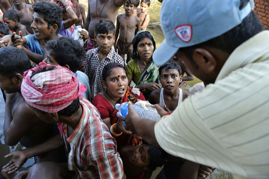 Indian Flood Effected Villagers Collect Drinking Water And Relief Food At Alal Village In Malda District In The Indian State Of West Bengal